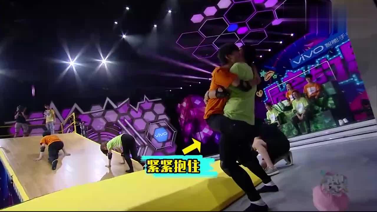 快乐大本营:王俊凯一秒成功登顶,腿长就是任性,何炅都惊呆了