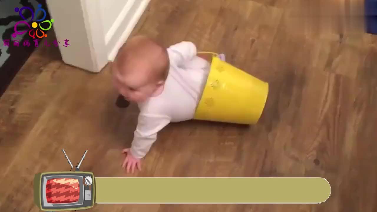 萌娃自己玩耍,宝贝背着一个桶,开开心心的把家走一遍!