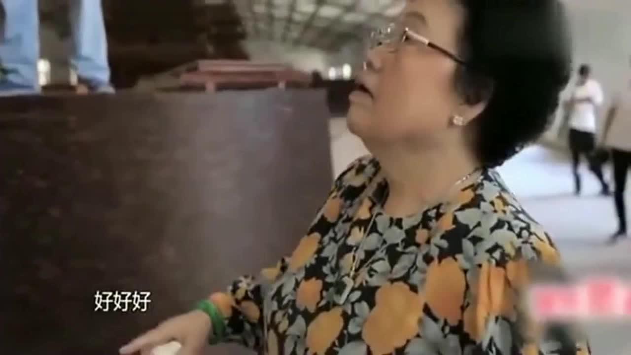 77岁的陈丽华被工人气炸毛,迟重瑞赶紧过去安慰,鲁豫看在眼里