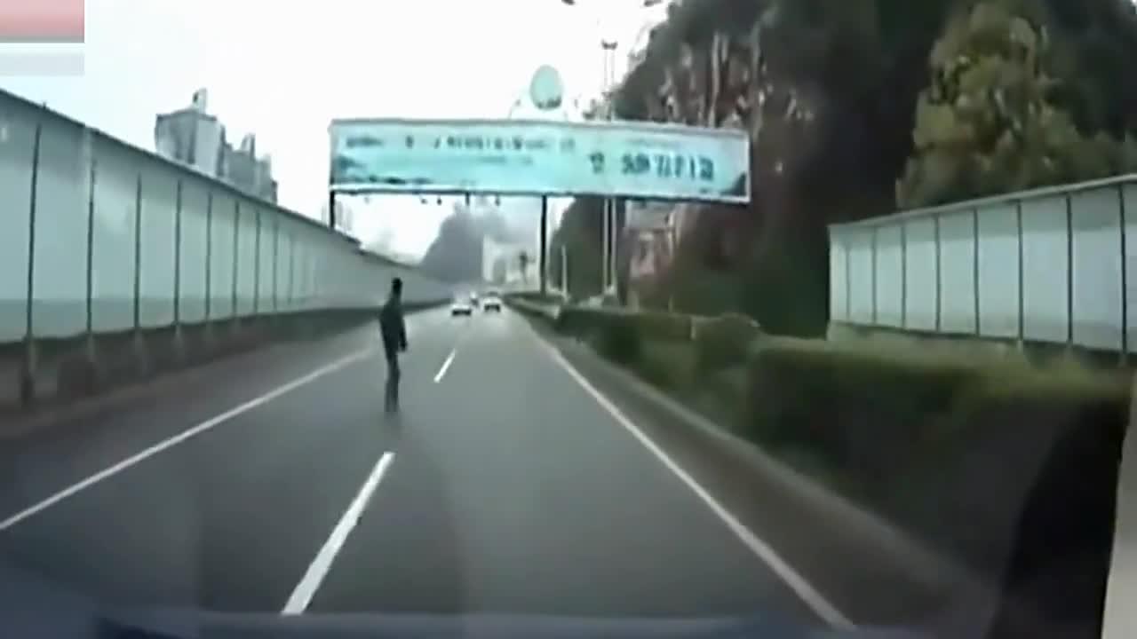 男子走到轿车前放慢脚步没想到遇到女司机,下一秒让他悔恨终身