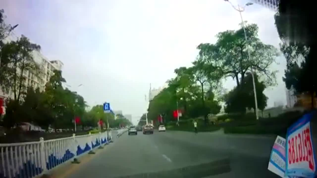 男子看前不看后横穿马路,吓得司机急刹车!