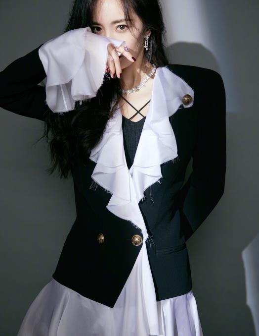 杨幂的极简穿搭真是时髦!限定的黑色系设计,满满都是优雅气质
