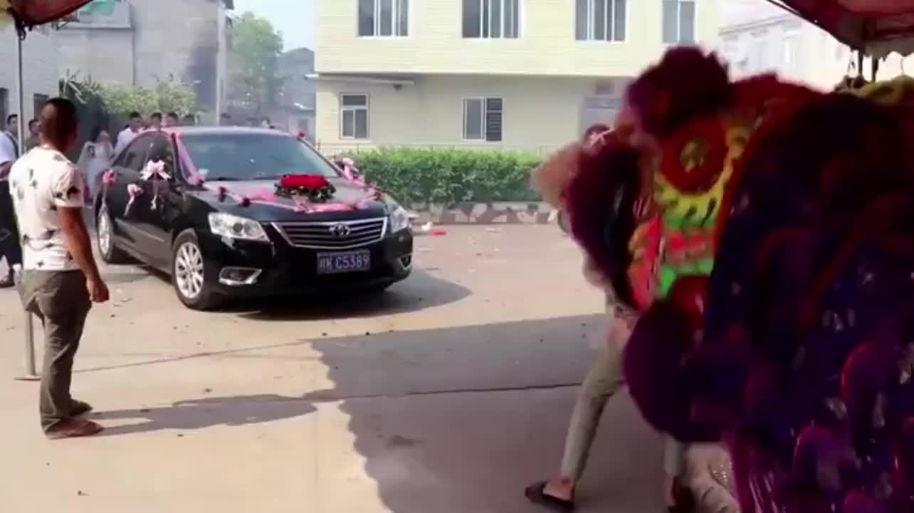 广西桂林小伙接新娘回来,请来当地最有名的舞狮迎接新娘,好热闹