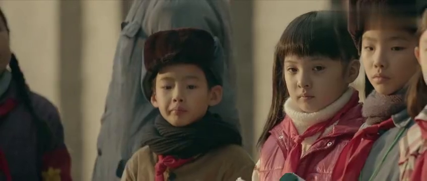 小男孩家境贫寒,连红领巾都非常破旧,小女孩为他换了一条新的