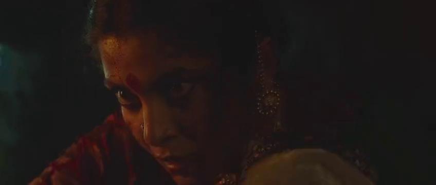 为母则强,印度母亲一刀插进敌人心脏,洪水淹没身体把婴儿举起