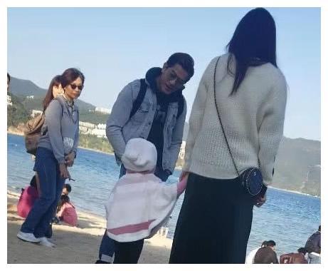 郭富城方媛带女儿出游,大方露面不遮挡,女儿穿斗篷装好像小红帽
