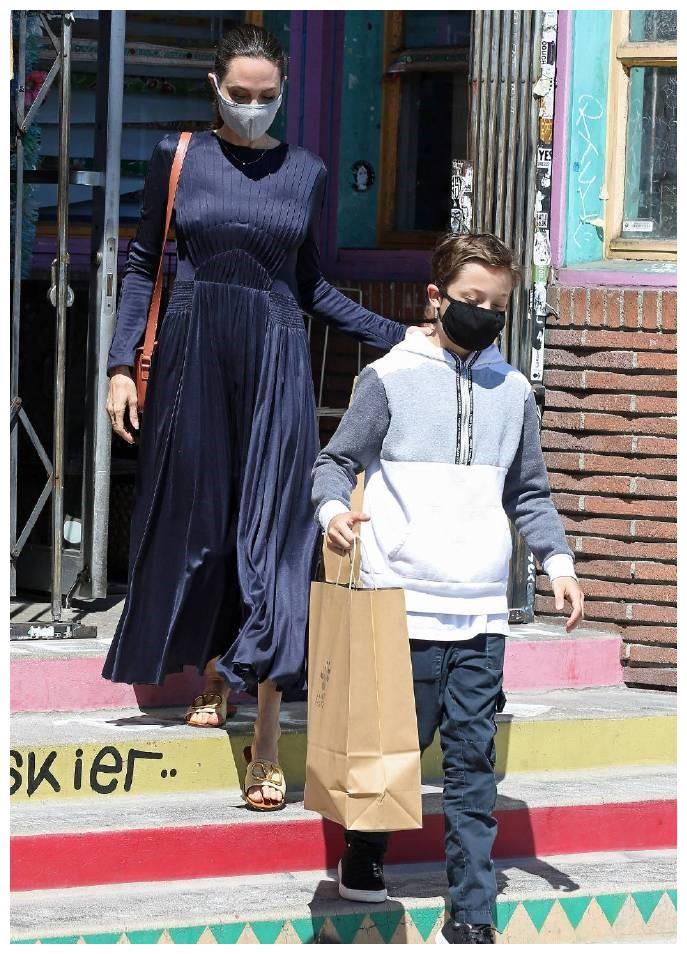 安吉丽娜·朱莉穿着一件深蓝色长裙优雅现身洛杉矶街头