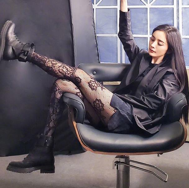 """""""黑丝""""已经失宠了,今年流行杨幂的花纹丝袜,丑到极致就是潮?"""