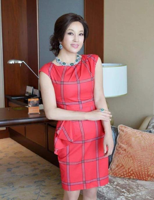 """刘晓庆才是真正""""浪姐"""",短袖西服搭条纹阔腿裤,又美又高级"""