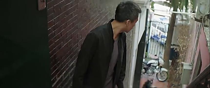 楼梯口两位男士着急离开,不小心撞道小丰,网友说不简单