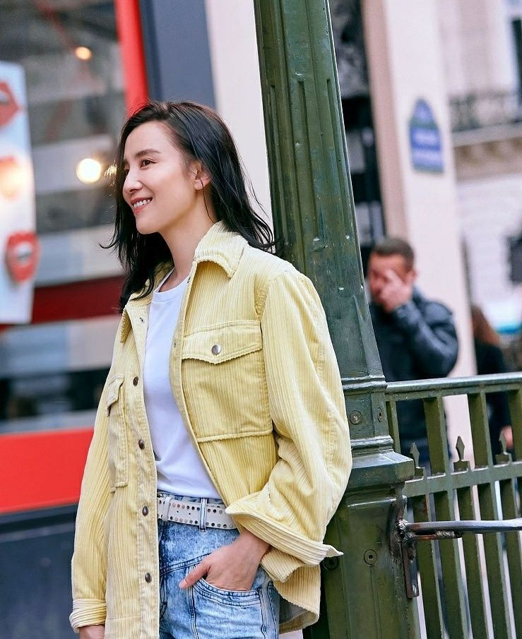 宋佳在巴黎时装周期间最新街拍,欧美范十足