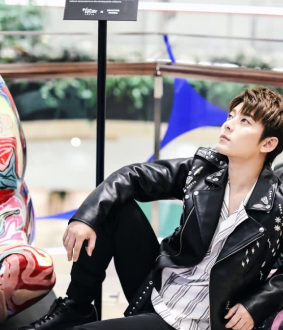"""30岁陈翔机场精修公开,皮夹克+""""小霉鞋""""巨潮,帅回25岁!"""