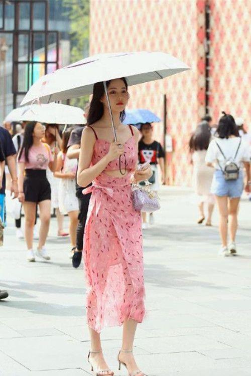 苗条的潮流佳人,高跟凉鞋展示美足,带来轻舞飞扬的时尚玉女风格