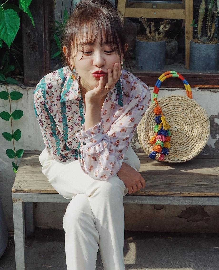 孙耀琦早秋街拍太美,奶奶花衬衫+丸子头真减龄,32岁仍有孩子气