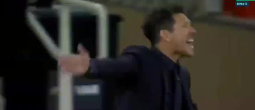 错失破门良机!巴尔韦德头球击中膝盖弹出了
