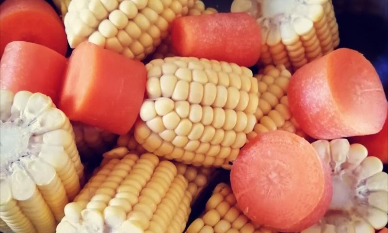 非常滋补营养的美食,取用最新鲜的食材,制作玉米胡萝卜炖鸡汤