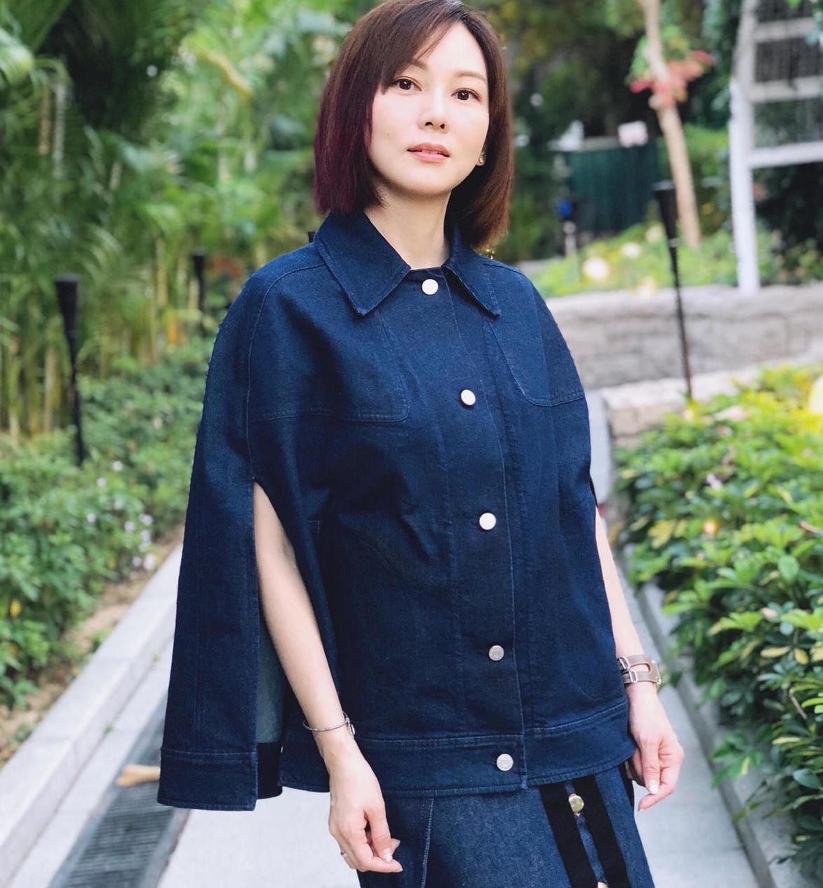 孙耀威的老婆陈美诗也是时髦精,穿牛仔套裙配橘色袜子,减龄洋气