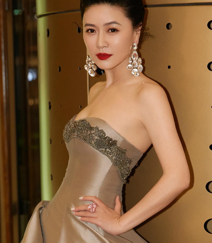 田海蓉这是44岁的身材?看到她穿抹胸裙的效果,侧身曲线我是酸