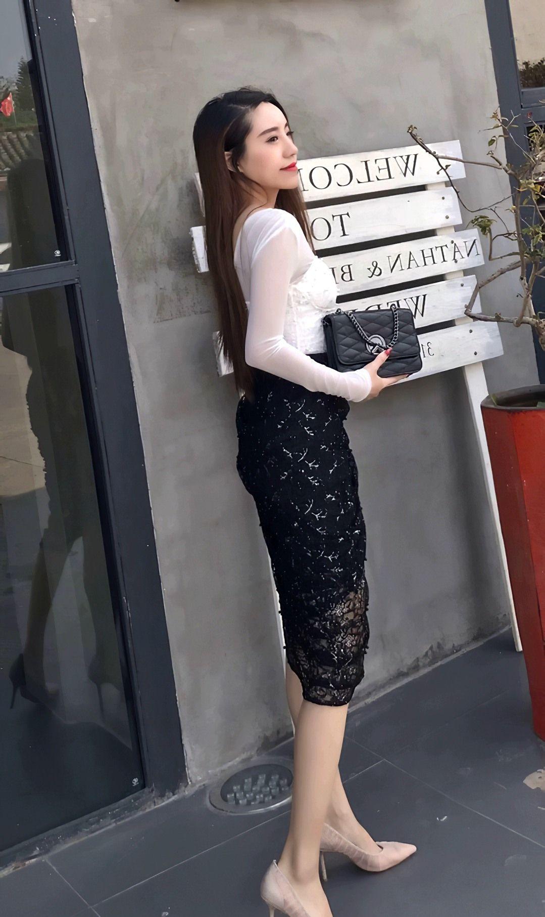 美女不规则下摆高腰短裙搭配白色透纱上衣,时髦穿搭又显高贵气质