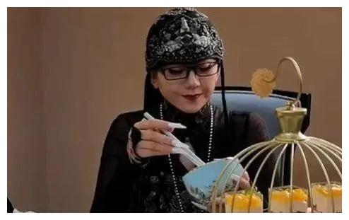 62岁杨丽萍受邀试吃,端空碗做样子一口没吃,被吐槽活着真受罪?