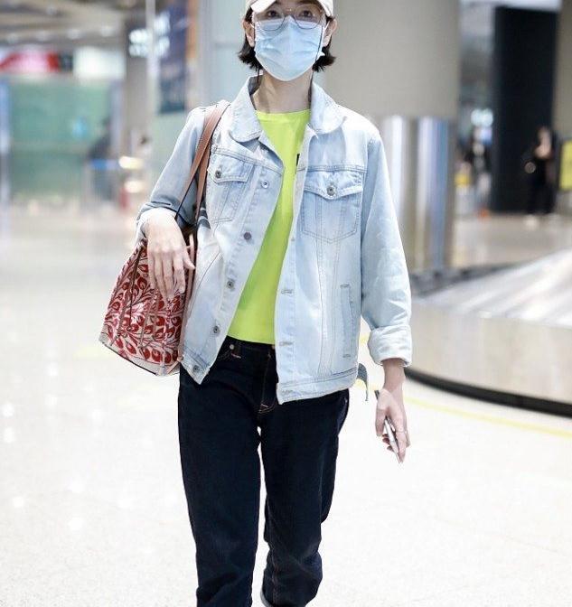 万茜街拍:牛仔夹克内搭荧光绿T恤 Celine小白鞋清爽低调