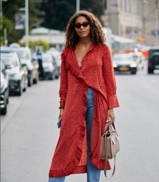 街拍小姐姐,图一小姐姐身穿长款外套搭牛仔裤,个性时尚很好看!