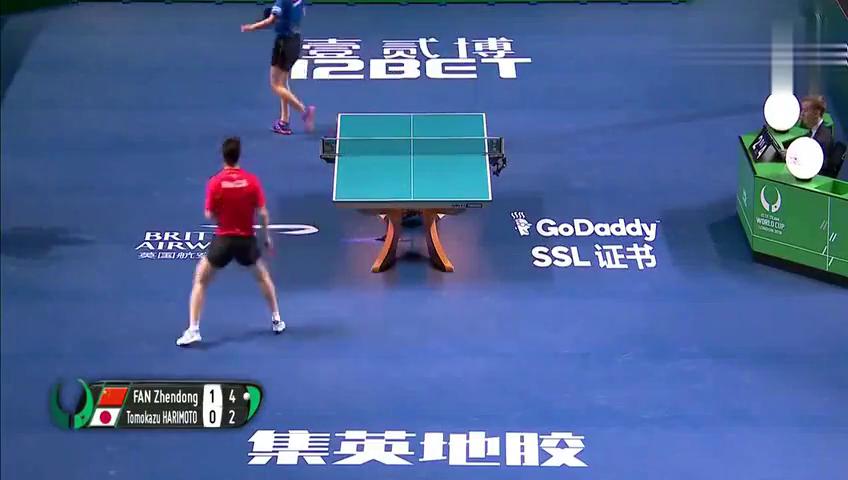 樊振东拿下张本智和这一球,现场观众和日本教练都站起来鼓掌