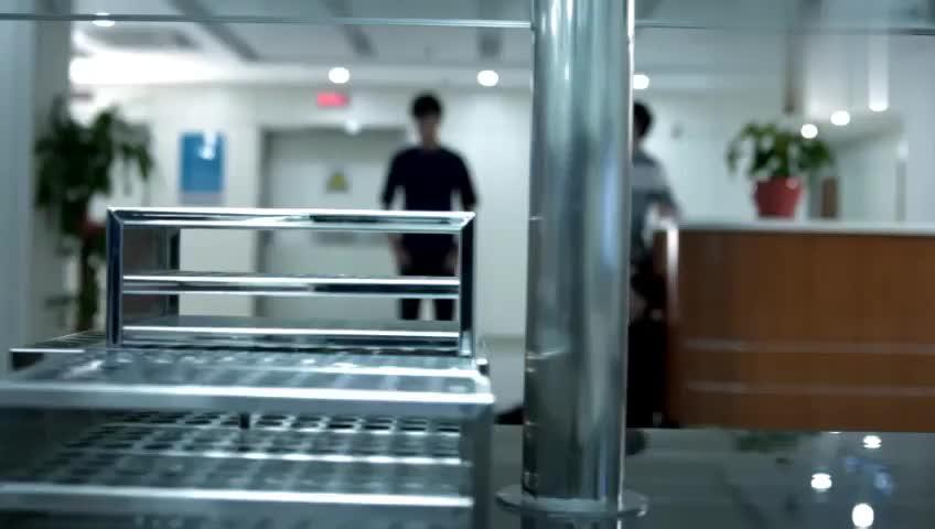 肖奈在急救房抢救,在病房打开的瞬间,于半珊顿时瘫坐在地