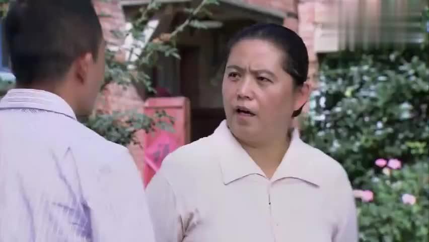 大妈让两个小伙把戏唱好了,谁把戏唱好了,她就先帮谁解决事情
