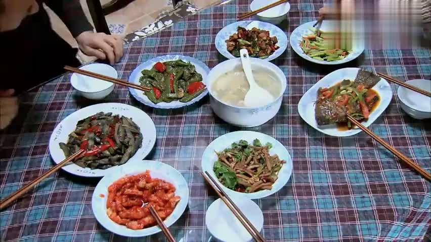 美女讲究卫生在男友家吃饭用两双筷子,结果婆婆笑了:我们不讲究