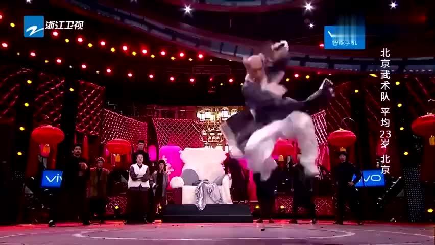 北京武术队表演武术,集体整齐划一,观众拍案叫绝