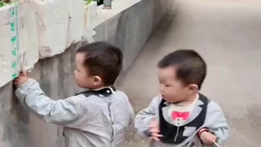 带双胞胎儿子出来玩,弟弟就会欺负哥哥,眼前一幕真拿他没办法!
