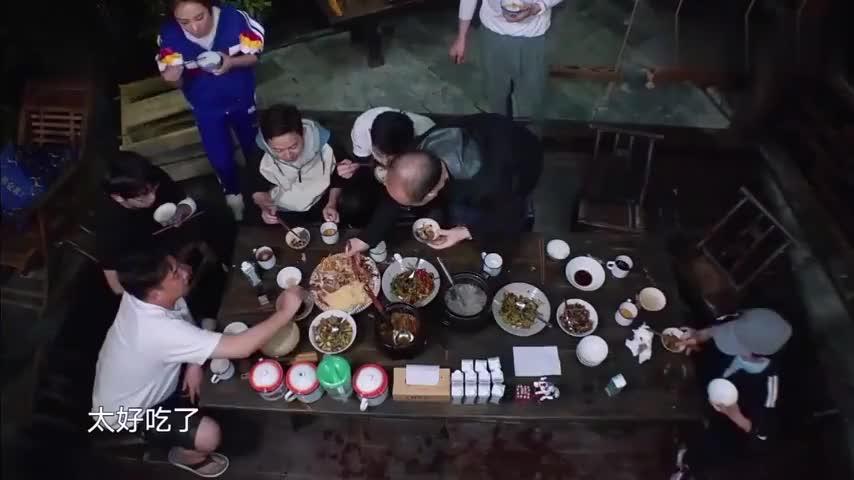 刘璇不停的吃鱼,何炅竟调侃:你吃就吃鱼骨头还放我这里,太逗了