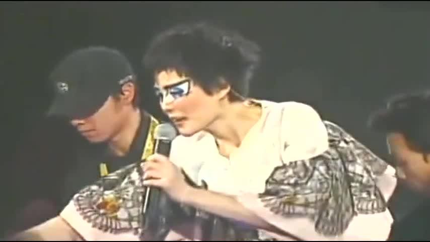 王菲演唱会上,与粉丝热情互动