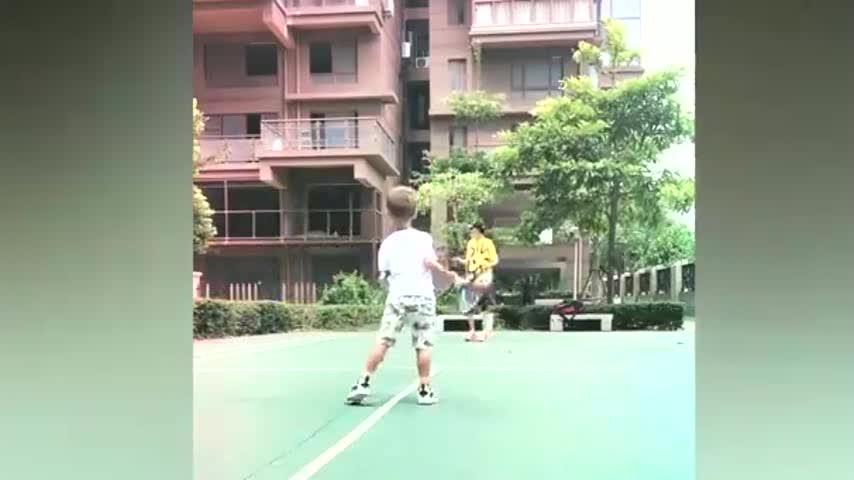 谢杏芳陪儿子打球,3岁小羽遗传爸妈基因,小小年纪展现运动天赋
