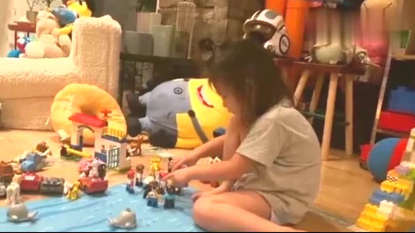 陈冠希晒女儿在家玩耍照,3岁Alaia长腿抢镜,遗传秦舒培超模气质