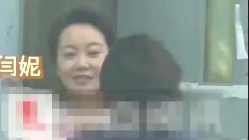 49岁闫妮近照曝光,面部浮肿不顾形象,曾与胡歌拍戏被称像母子