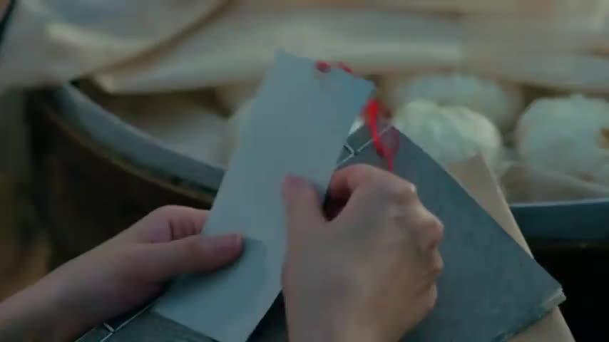 晗芝发现明信片不对劲,用药水擦拭后,上面竟有密报