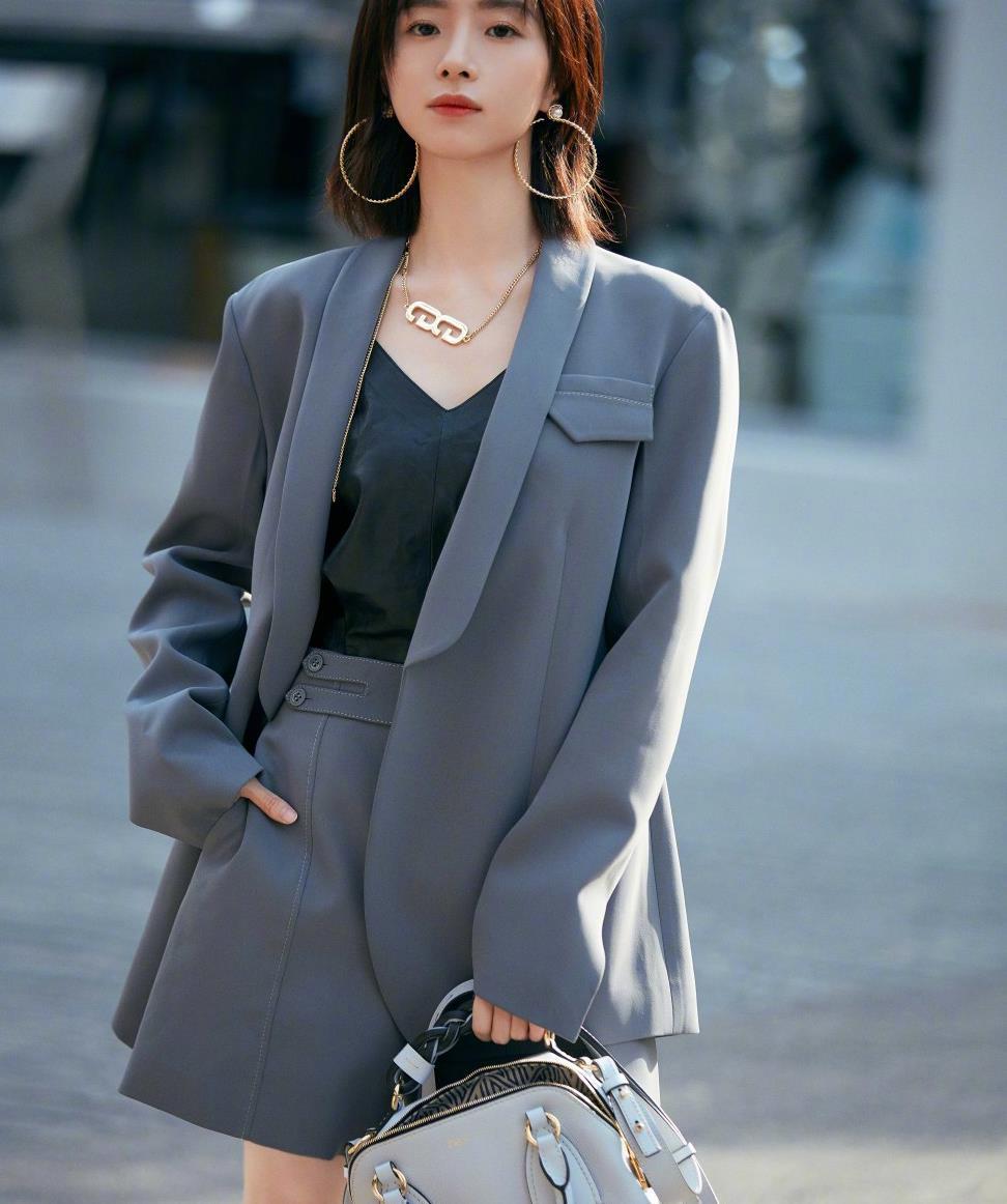 胡冰卿气场见长,穿深灰色西装配6厘米细高跟鞋,干练又帅气