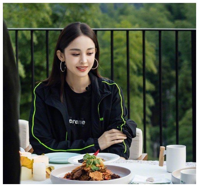 古力娜扎全黑运动装,舒服休闲不失动感,荧光绿长袜成为点睛之笔