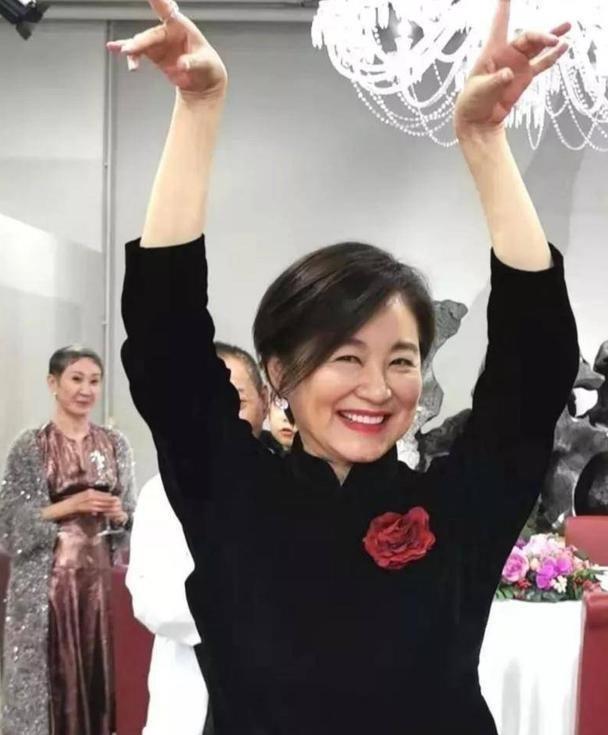 林青霞穿旗袍裙,还搭红色高跟鞋,老了一样优雅漂亮!