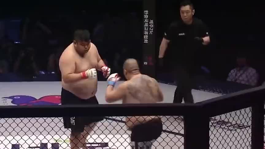 中韩硬汉发布会就大打出手,上台瞬间KO对手,裁判拉都拉不开