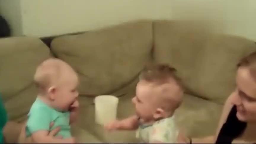 两个小宝宝第一次见面,火星语立马聊嗨了
