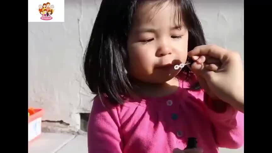 超级搞笑的宝宝吹泡泡视频,看完后我服了!