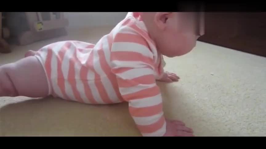 胖宝宝躺在地上起不来,开始啃起了自己的小脚丫,太可爱了!