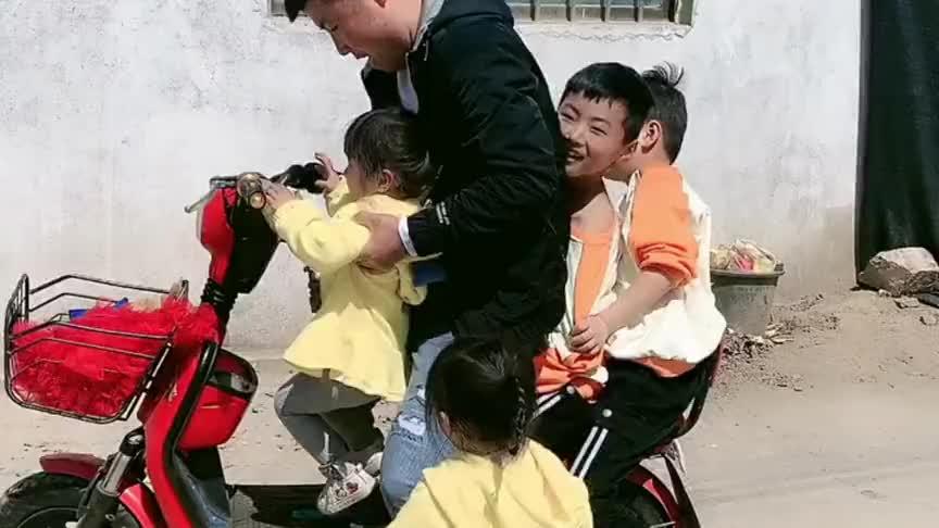 家有双龙双凤四胞胎宝宝,爸爸说这一锅米饭都不够娃娃们吃的