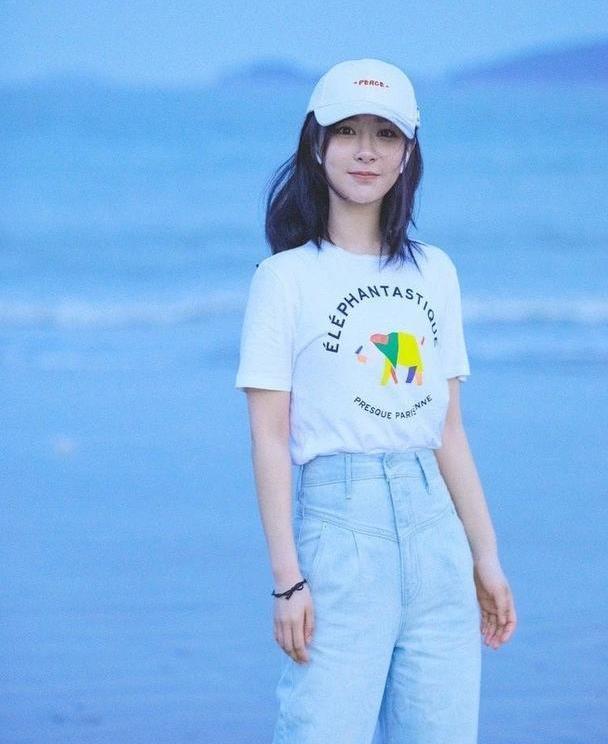 杨紫穿搭好接地气,白T恤搭高腰牛仔裤,普通人穿不出的时尚感