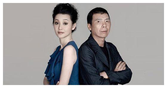 52岁徐帆穿旗袍走红毯,身材婀娜韵味十足,冯小刚太有福