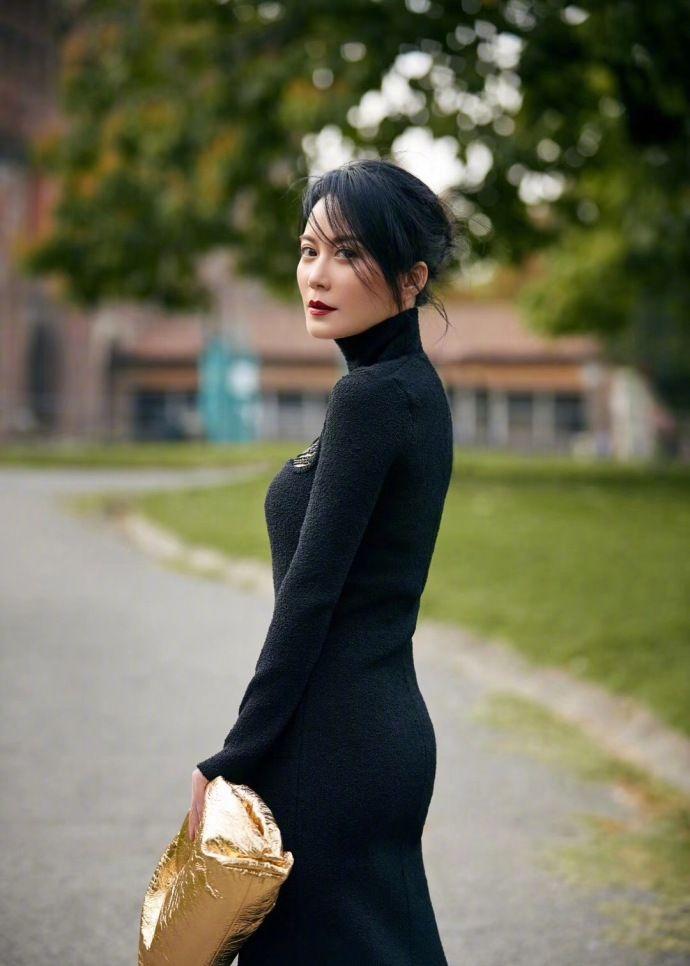 俞飞鸿身穿一身黑色连衣裙,尽显干练气质,拥有精致面容