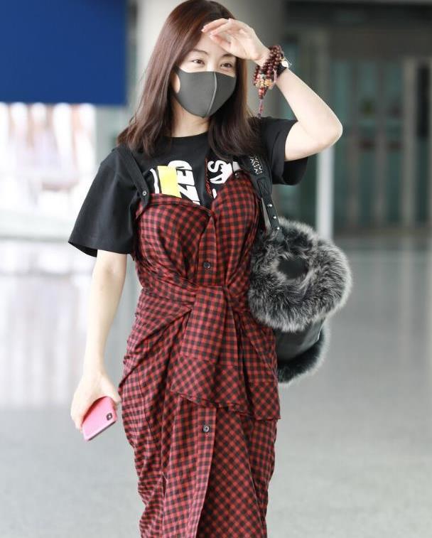 杨蓉真懂秀身材,穿背带裙都要挑裹身款的,这小蛮腰真让人羡慕